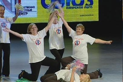 Победители амурского КВНа пенсионеров отдали приз ветеранам