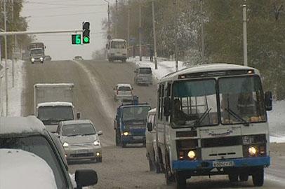 Выпавший снег заставил автомобилистов срочно менять резину