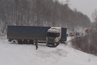 Снегопад в Тынде доставил неприятности дальнобойщикам