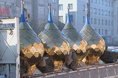 В Благовещенске освятили купола для возрождённого храма