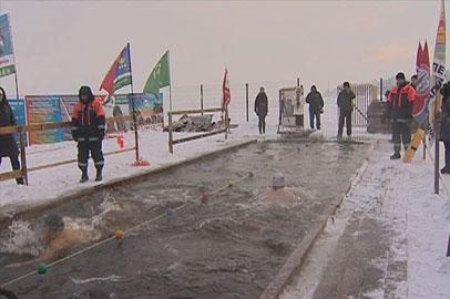 В Благовещенске любители зимнего плавания открыли сезон
