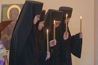 В Благовещенской церкви выставили мощи святых и постригли монахинь