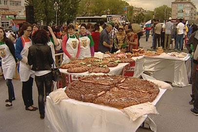 Благовещенцы попробовали полутораметровый армянский пирог