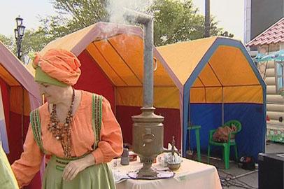 Свободненцы напоили жителей Благовещенска чаем из старинного самовара