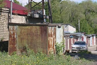 Два металлических гаража в Благовещенске передвинули вместе с машинами