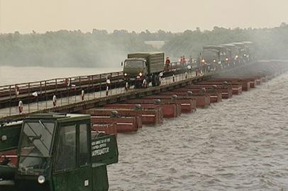 Военные-железнодорожники сооружали понтонный мост через Зею