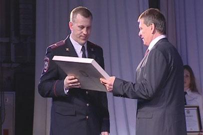 Лучших амурских полицейских наградили ведомственными медалями