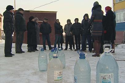 Жители многоквартирного дома в поселке Чигири уже полмесяца сидят без воды