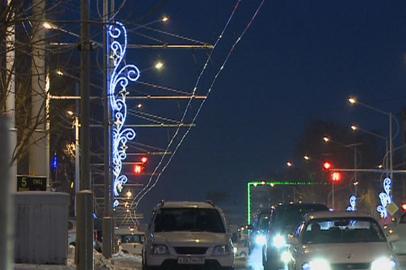 На благовещенских улицах монтируют новогоднюю иллюминацию