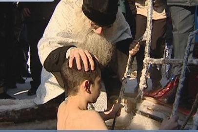 Воспитанников Амурского казачьего кадетского корпуса крестили в ледяной иордани