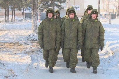 Амурские военнослужащие переодеваются в новую форму