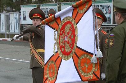 Новое знамя сегодня торжественно вручено ДВВКУ