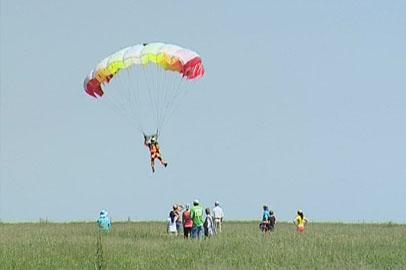 Впервые за 25 лет амурские парашютисты соревновались на точность приземления