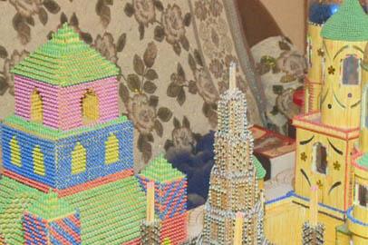 Амурчанин собирает дома и церкви из цветных спичек