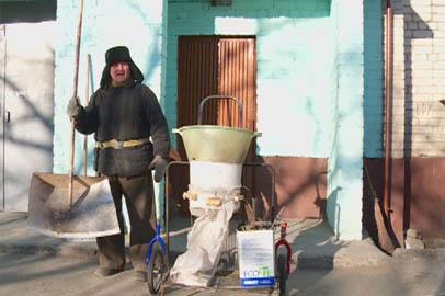Благовещенский дворник-изобретатель работает за десятерых