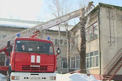 В Благовещенске организована массовая очистка крыш от снега и сосулек