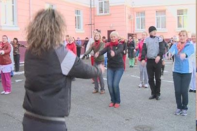 Врачи и пациенты детской областной больницы вышли на массовую зарядку