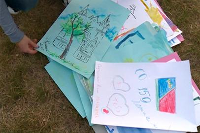 Благовещенцы нарисовали городу поздравительные открытки