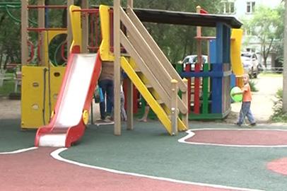 Резиновую крошку уложат на детских площадках в Белогорске