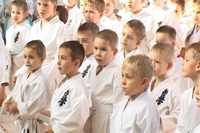 В каратисты посвятили более ста благовещенских ребят