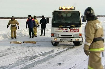 В Приамурье спасали людей и технику на ледовой переправе