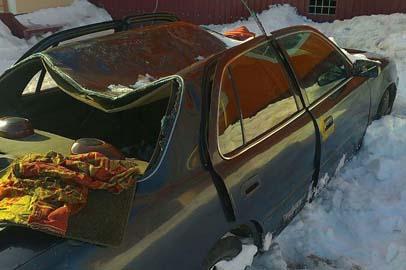 Упавшая с крыши снежная глыба помяла автомобиль в Тынде