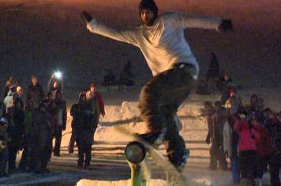 Дальневосточные сноубордисты выполняли трюки на ночной тындинской трассе