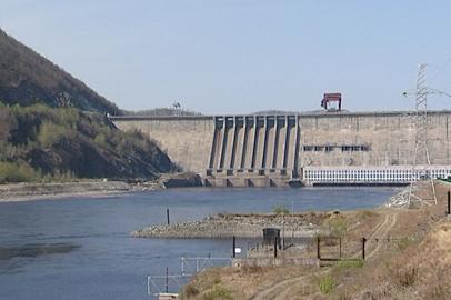На Зейской ГЭС пропускают талые воды