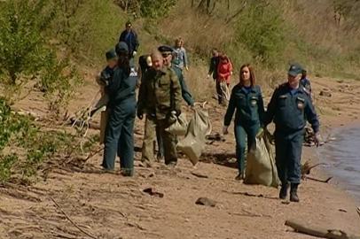 Благовещенские активисты очистили от мусора берег Зеи