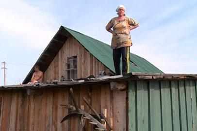 Жители Быссы пережидают паводок на крышах домов