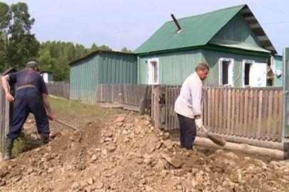 Пострадавшие от паводка амурчане готовят жилье к зиме