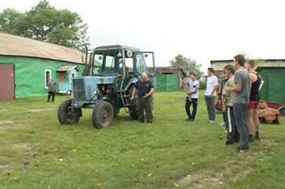 Школьников из Благовещенского района учат работать на тракторе
