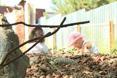 Гора мусора с торчащей арматурой осталась после сноса кафе в Благовещенске