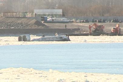 Застрявшую во льду Амура «пуму» вытащили на сушу спустя двое суток
