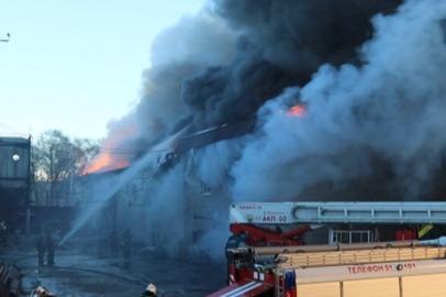 Пожар на складе канцтоваров и фейерверков в Благовещенске потушили лишь вечером