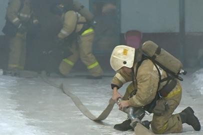 В Благовещенске спасатели и огнеборцы отработали навыки пожаротушения