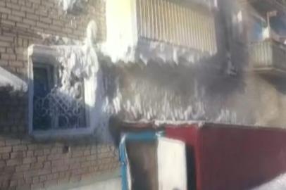 В Магдагачи коммунальщики устраняют порыв трубы в жилом доме