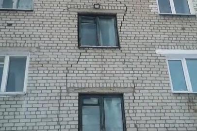 Многоэтажка в Магдагачи расходится по швам после землетрясения