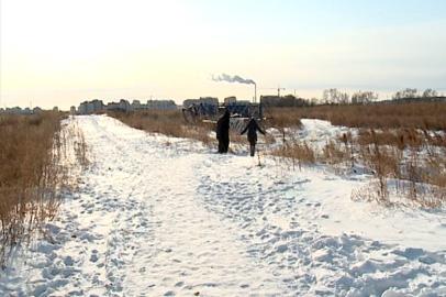Жители новостроек в Чигирях добираются до автобусной остановки через поле