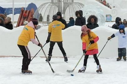 Семейный фестиваль хоккея в Благовещенске объединил несколько сотен человек