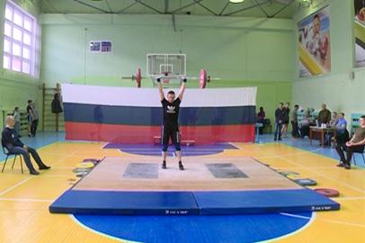 Спортсмены-новички выступили на праздничных соревнованиях по тяжелой атлетике