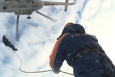 Амурские спасатели отработали беспарашютное десантирование с вертолета