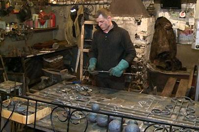 Кузнец из Магдагачи украсил поселок коваными изделиями
