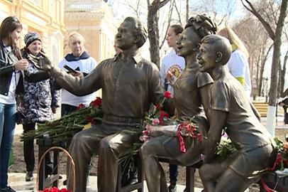 Памятник основателю «Ровесников» Вячеславу Белоглазову открыли в Благовещенске