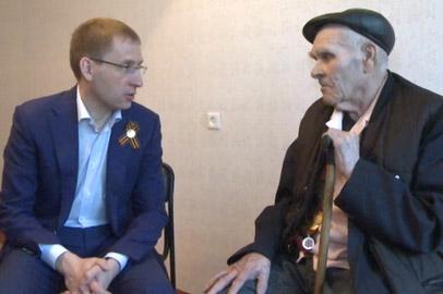 Александр Козлов побывал в гостях у ветеранов, которым власти помогли с жильем
