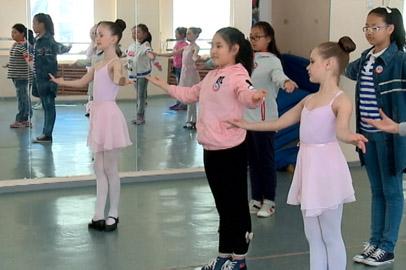 Школьники из Хэйхэ станцевали в Благовещенске русский народный танец
