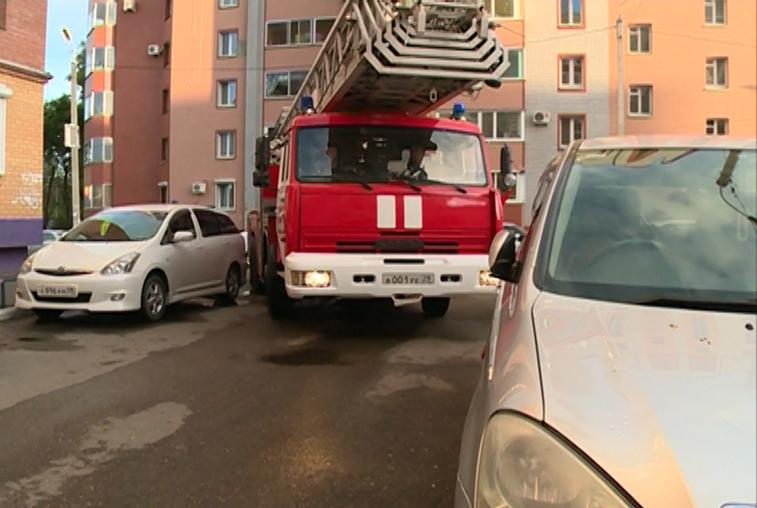 Автомобили во дворах благовещенских многоэтажек мешают работе спецтехники