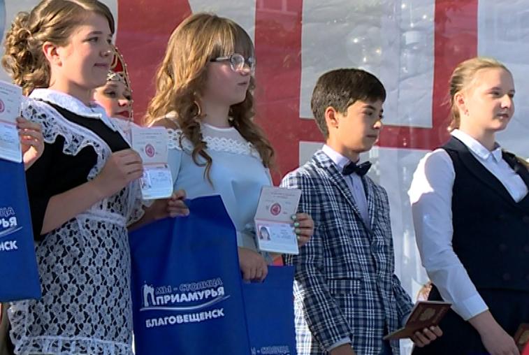 Амурские школьники получили паспорта из рук губернатора
