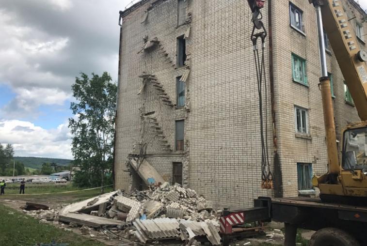 Жильцов пятиэтажки в Прогрессе эвакуировали из-за угрозы обрушения пожарной лестницы