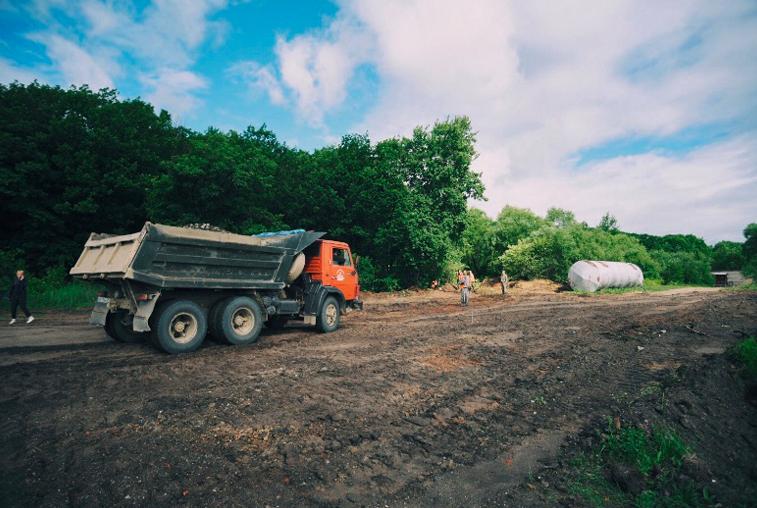 Ремонт дорог и дом для переселенцев из бараков: губернаторская команда работала в Архаринском районе